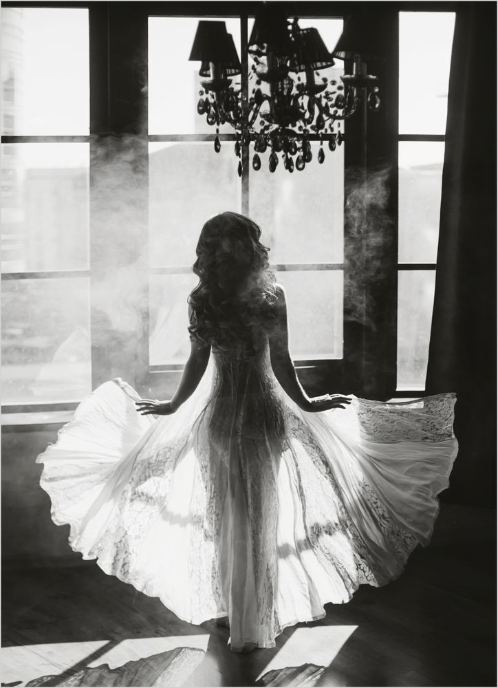 Kvinna vit klänning rök poster