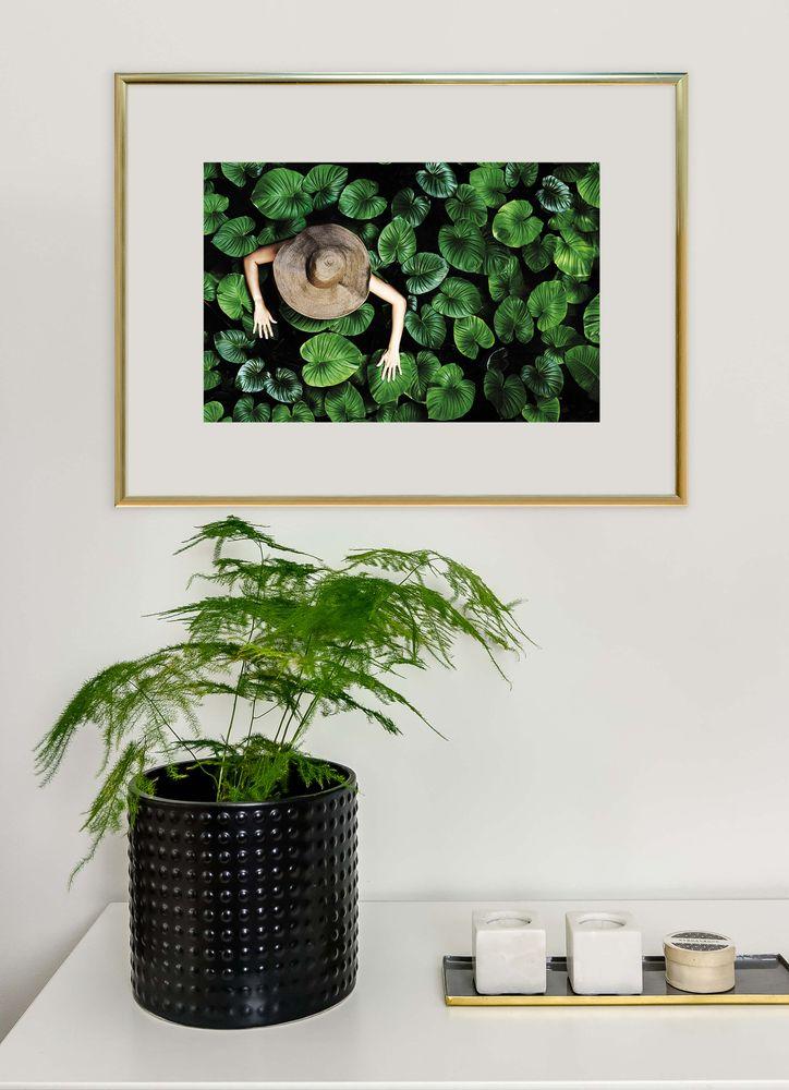 Kvinna bland tropiska blad poster