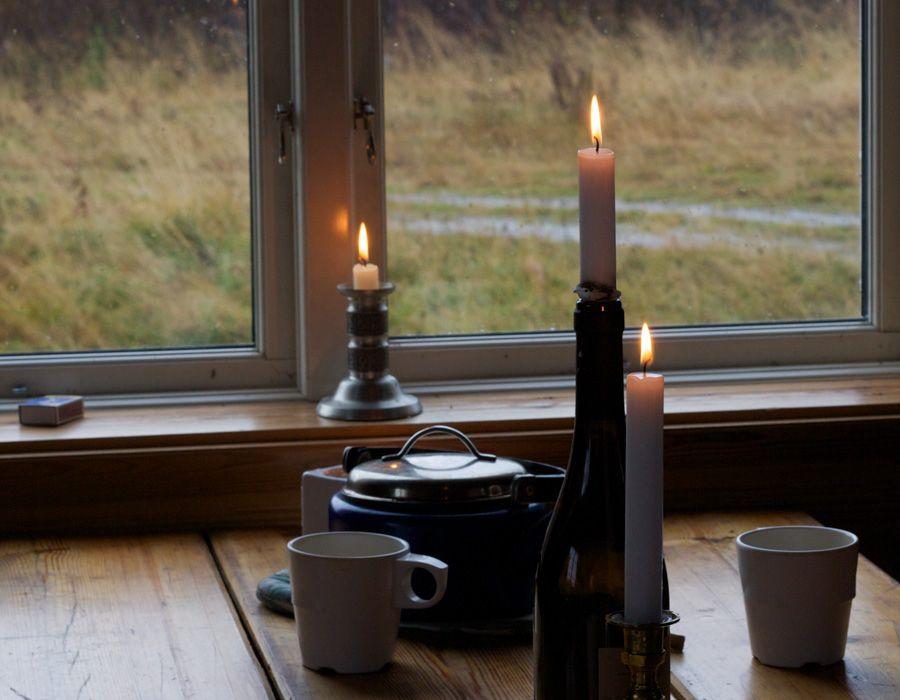 Bild på ett bord dukat med kaffekoppar och ljus