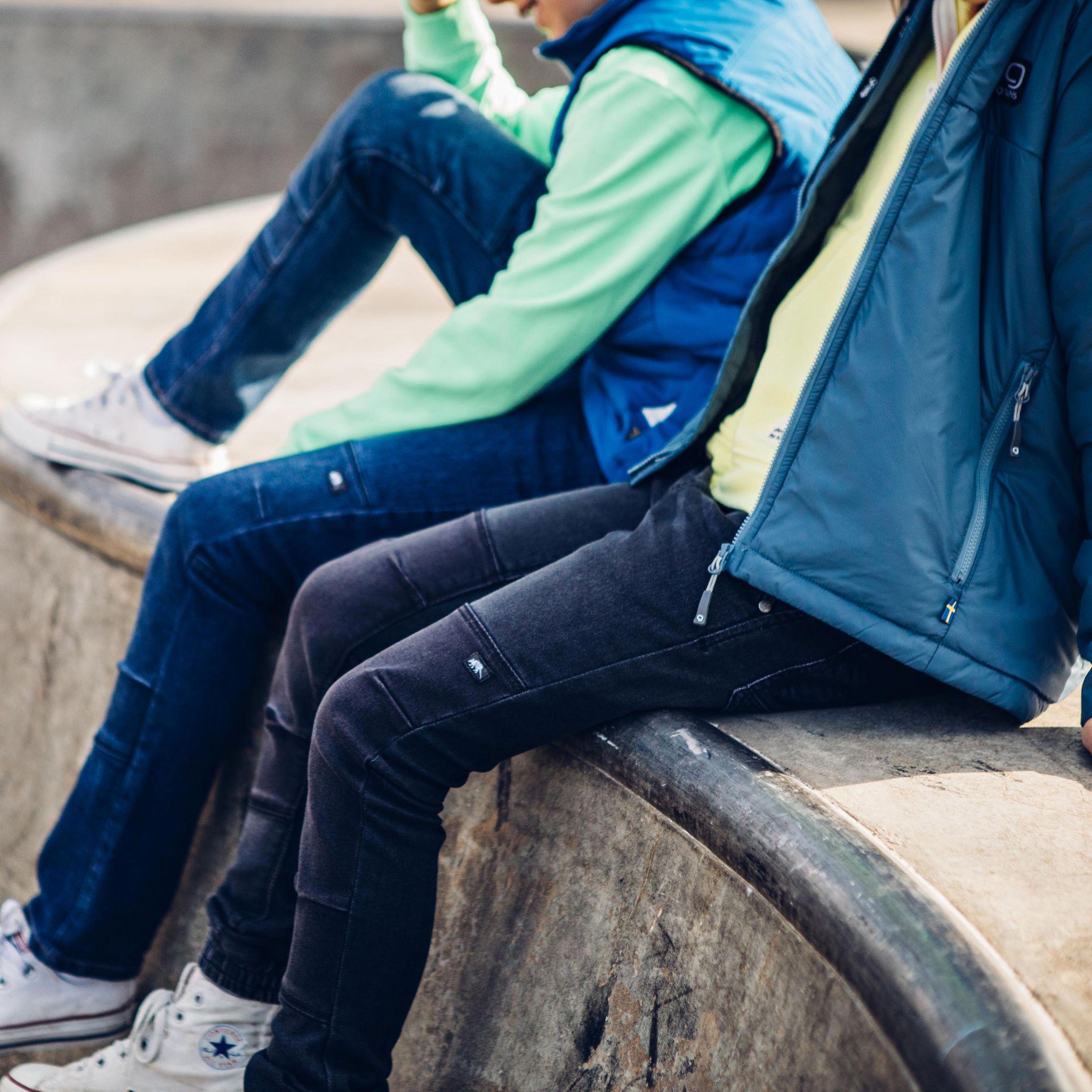 Lekande barn i Ossoami jeans