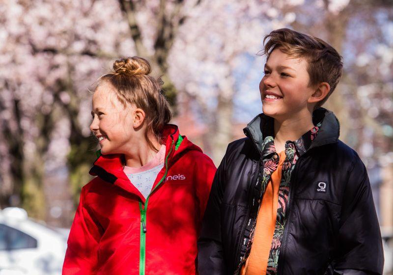 Glada barn i Gneis skalkläder