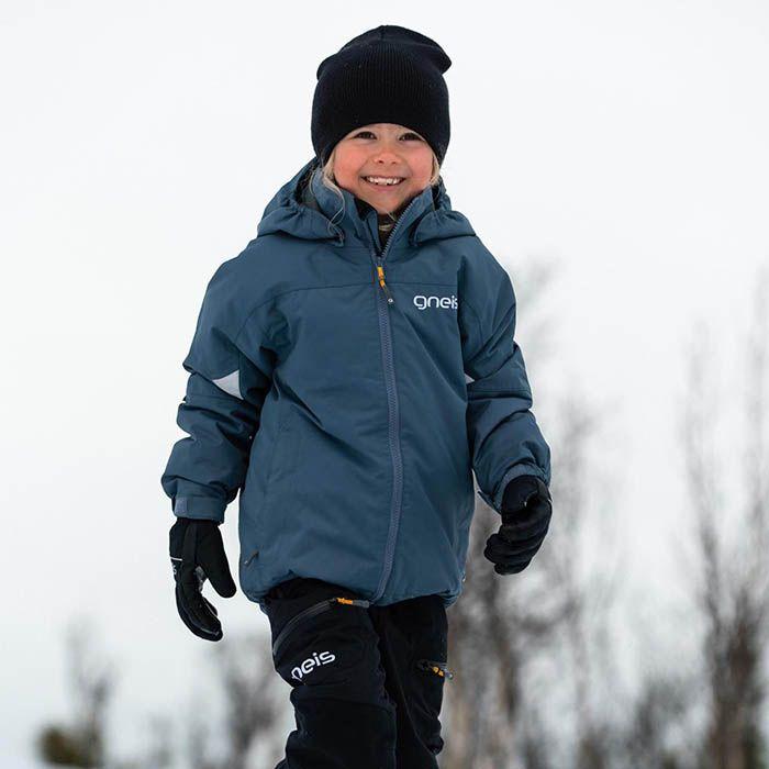 Barn i vinterjacka går