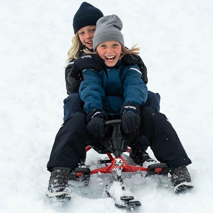 Barn i vinterkläder skrattar