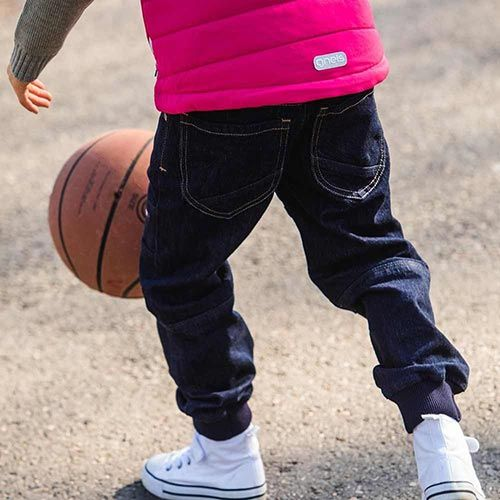 Barn i jeans spelar basket