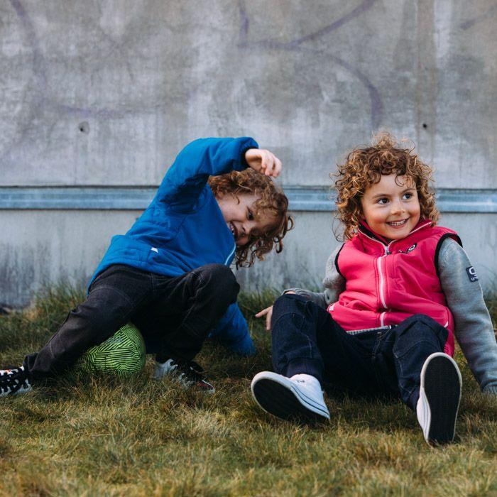 Lekande barn i Ossoami byxor