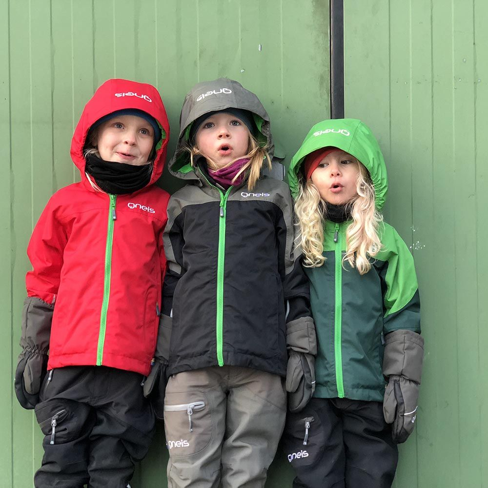 Tre barn med skaljackor