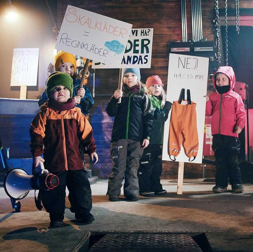 Barn i skalkläder protesterar