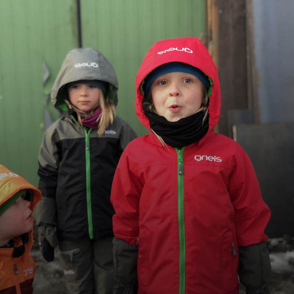 Barn i skalkläder