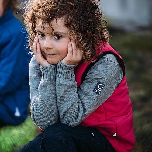 Barn i termoväst funderar