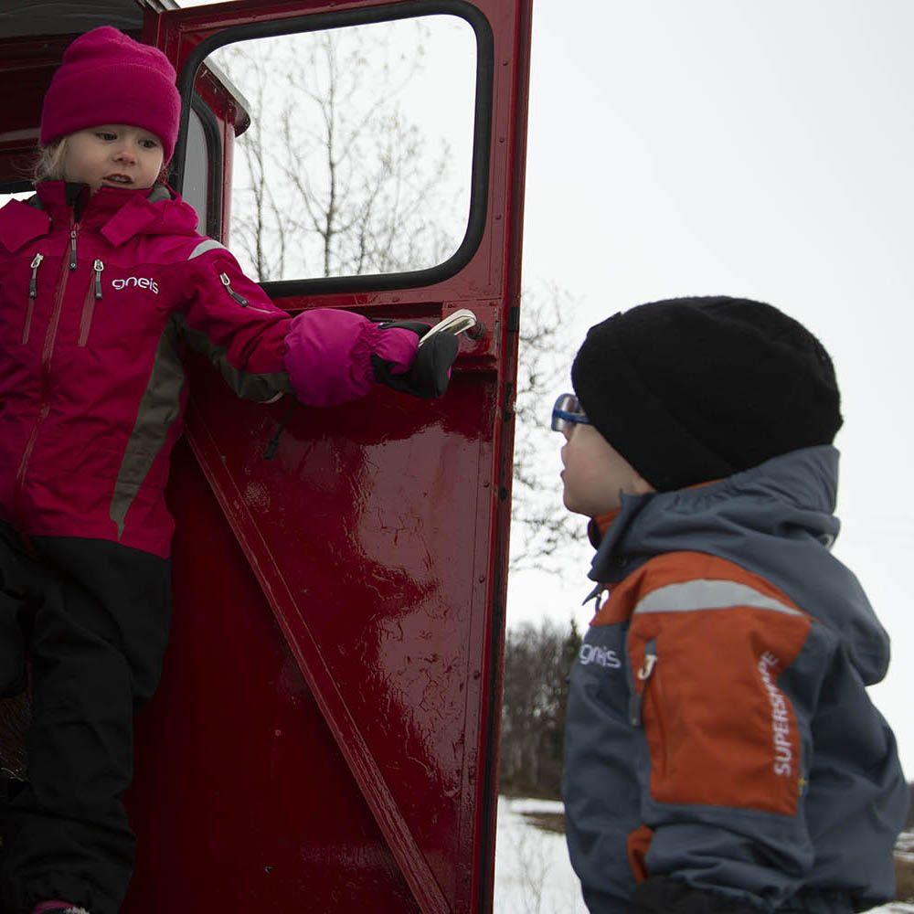 Barn i vinteroverall
