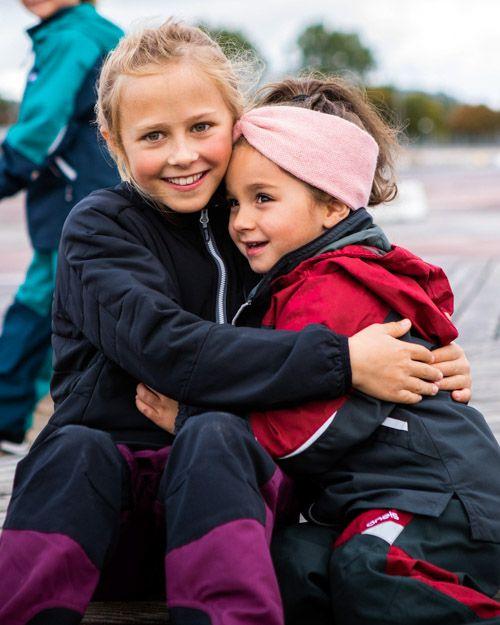 Barn i Gneis funktionskläder kramas