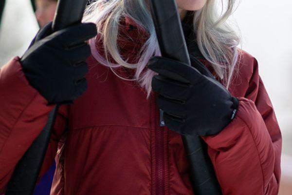 Flicka på gunga med Gneis vinterhandskar