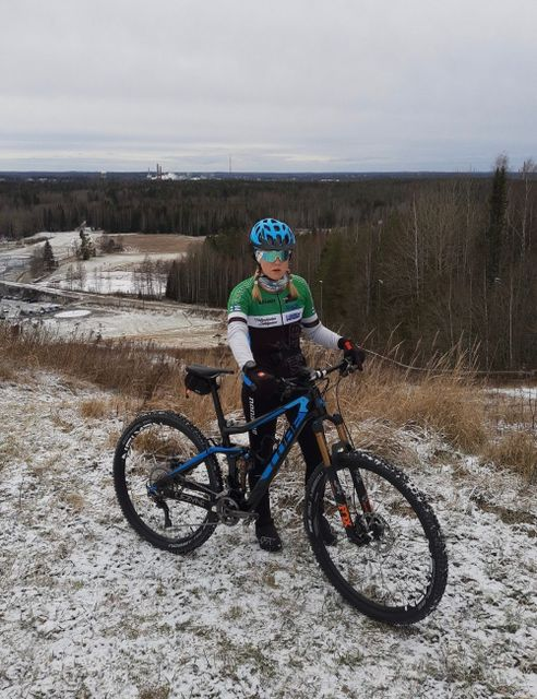 Henriikka Kiuru Cube-pyörän kanssa lumisen mäen päällä