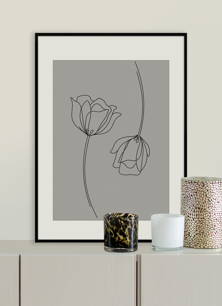 Blommor par grå poster