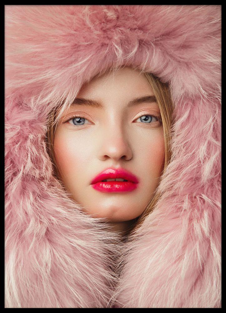 Kvinna i rosa pälshatt poster