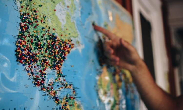 Maailman kartta ja kohdemaat nuppineuloilla